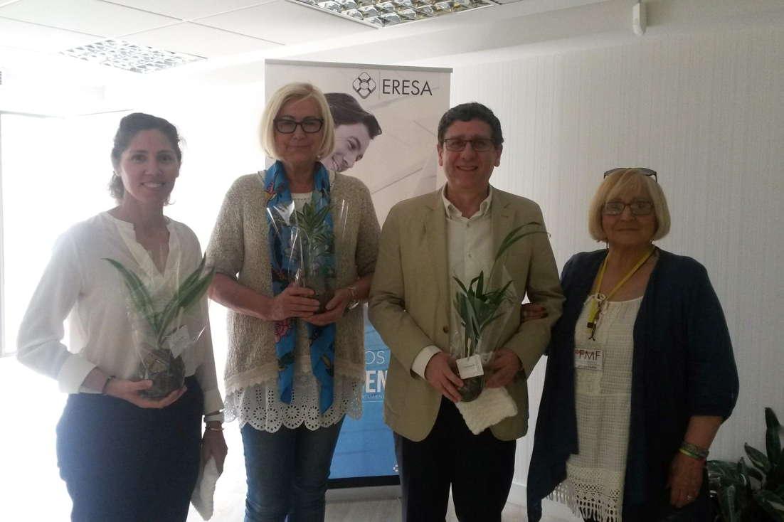 Los doctores Berta López,  Inmaculada Calvo y José Ivorra con Carmen Granados, de Stop FMF