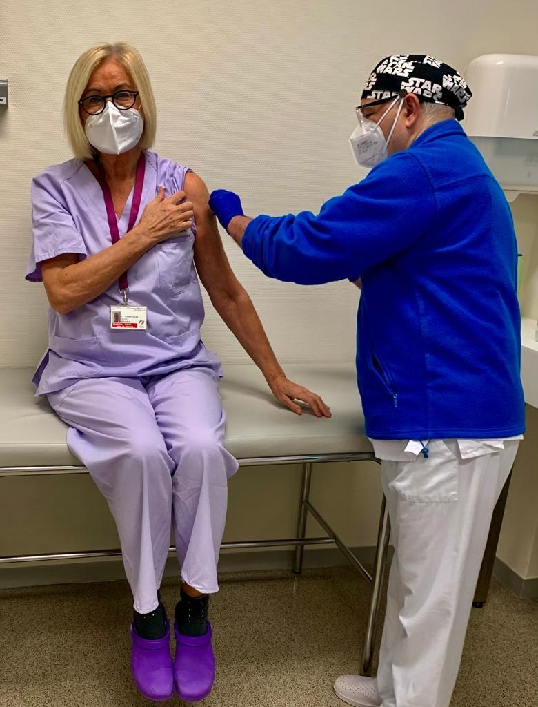Dra. Inmaculada Calvo vacunándose frente al covid